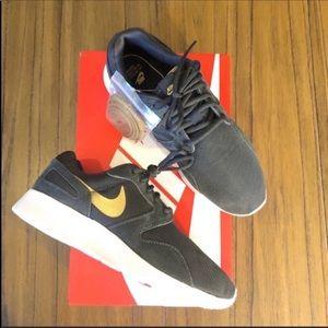 Nike Kaishi sneaker gray and gold tennis shoe